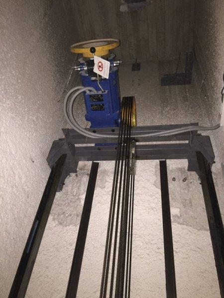 Κινητήριος μηχανισμός ανελκυστήρα στην άνω απόληξη του φρεατίου Alco lift