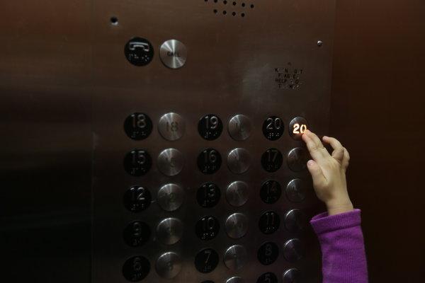 παιδί πατάει τα κουμπιά