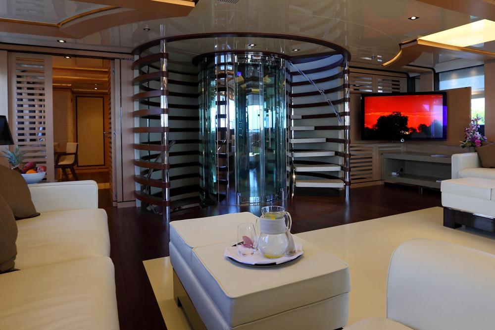 ανελκυστήρας σε πολυτελές καράβι